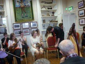 Musique Irlandaise, dans la ville de Tulla (voix, claquettes, accordéons... good good good !) p1090549-300x225